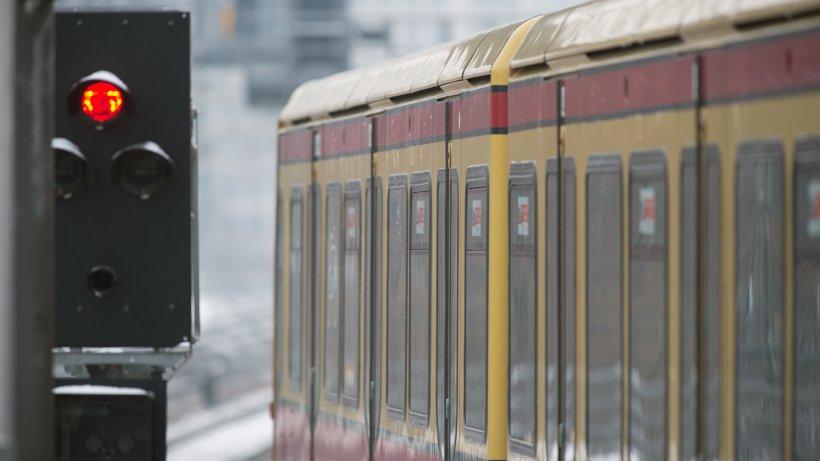 In S-Bahn: Schlafende 21-Jährige von Mann sexuell belästigt