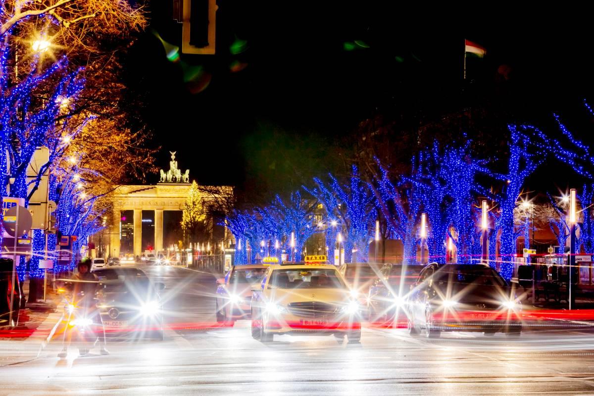 Unter Den Linden Weihnachtsbeleuchtung.Berlin Unter Den Linden Leuchtet Es In Diesem Jahr Bunt Mitte
