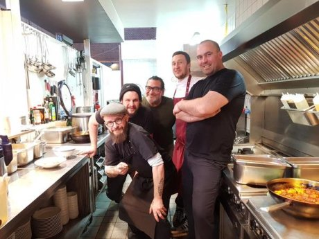 Küche und Tresen an einem Ort: Die wilde Crew von Bone.Berlin, die in der Markthalle neun zu Hause sind.