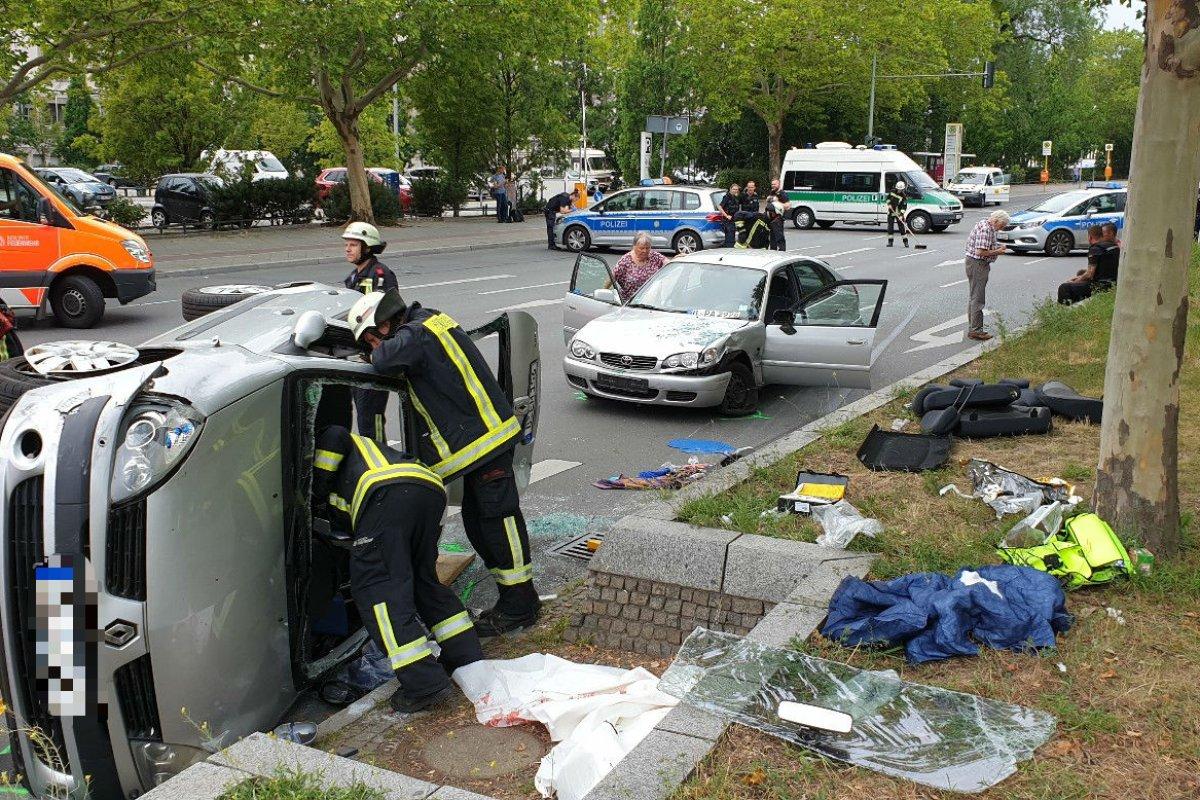 Auto kippt bei Unfall auf die Seite - Masurenallee gesperrt