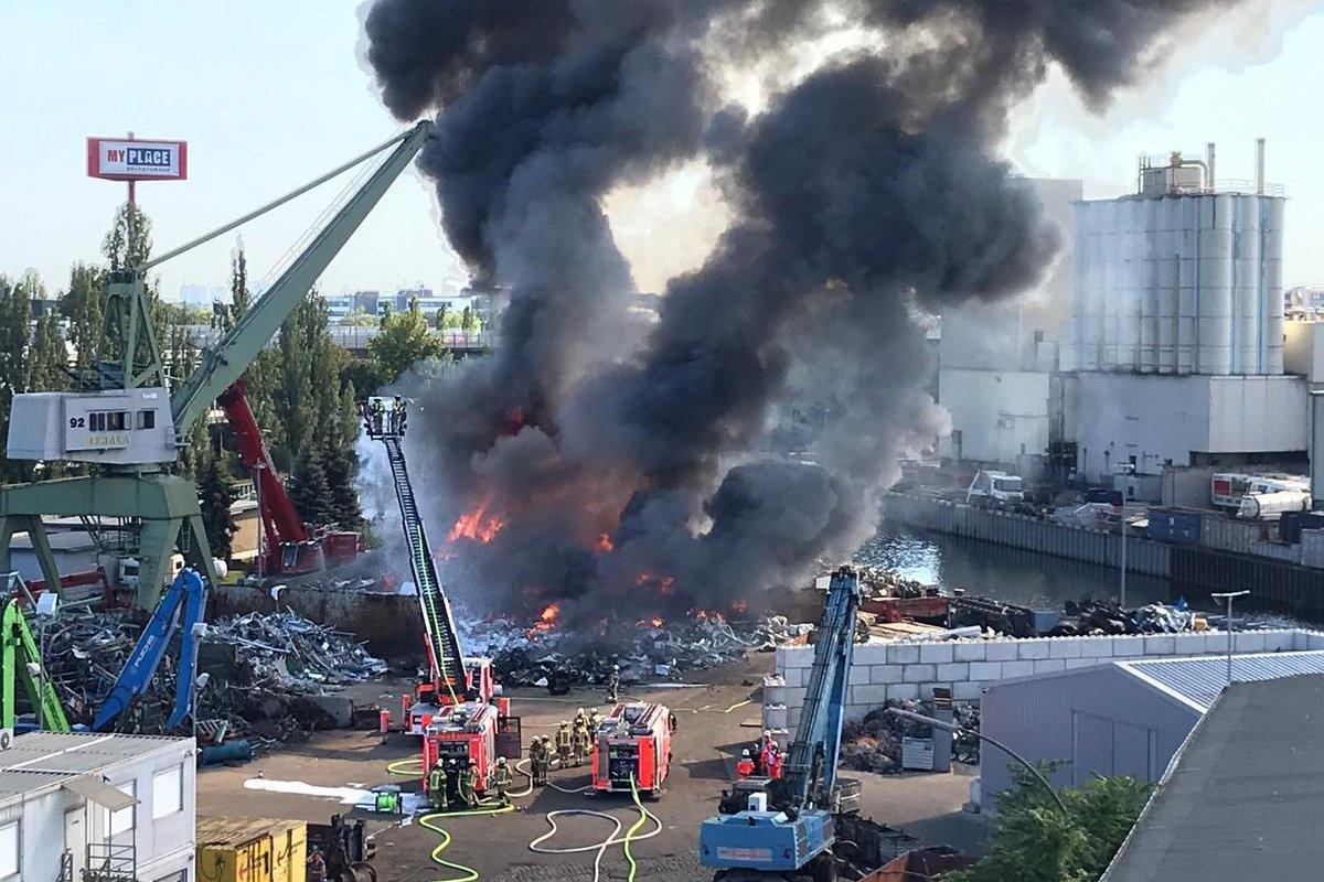 Feuer in Berlin-Neukölln: Feuerwehr löscht Brand auf Schrottplatz