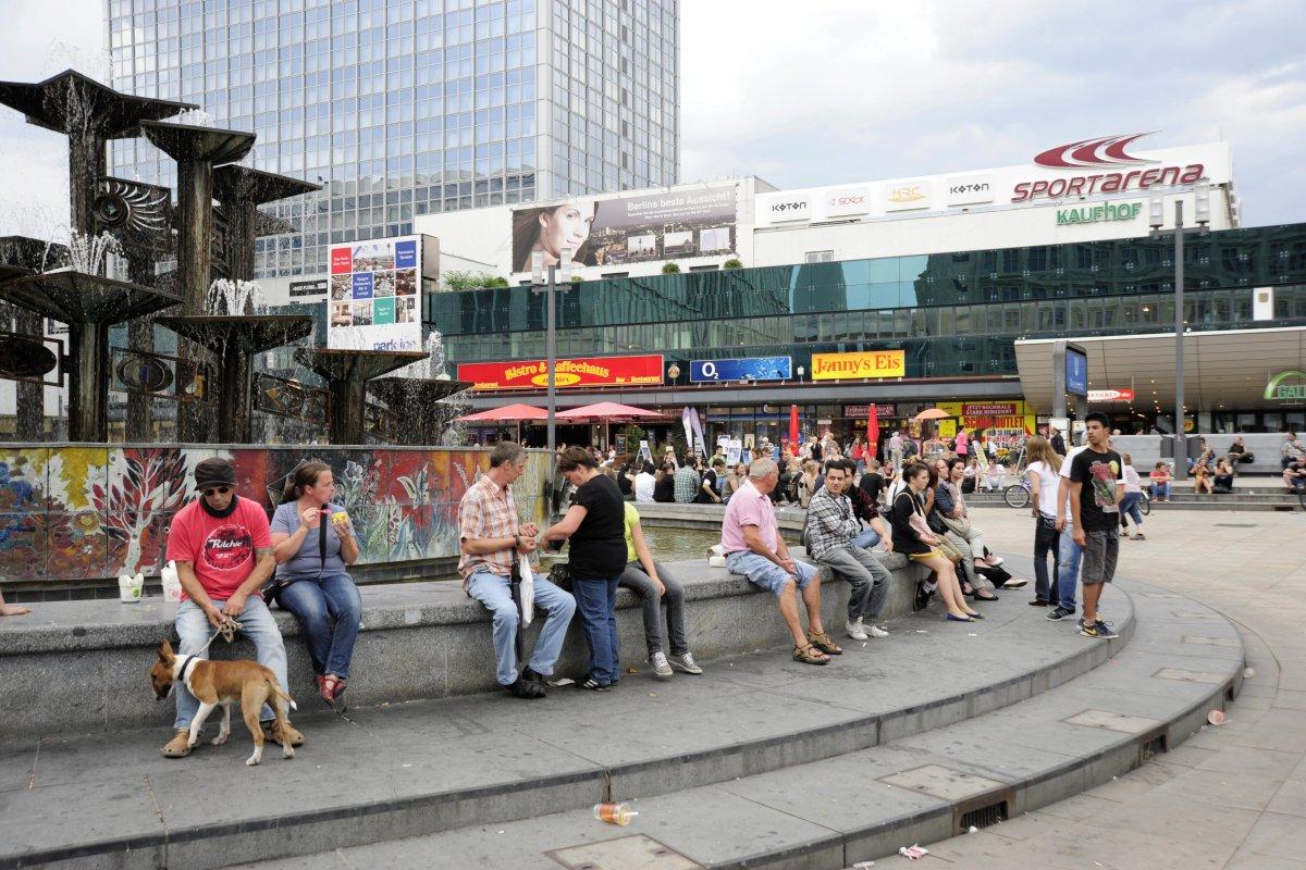 Alexanderplatz (Berlin-Mitte): 20-Jähriger durch Stiche schwer verletzt - Not-OP