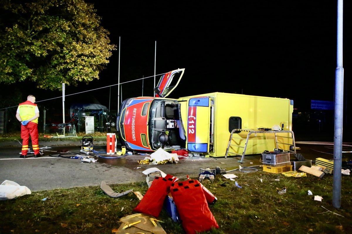 Polizei und Feuerwehr: Rettungswagen kippt nach Unfall an Bundesstraße B1 um