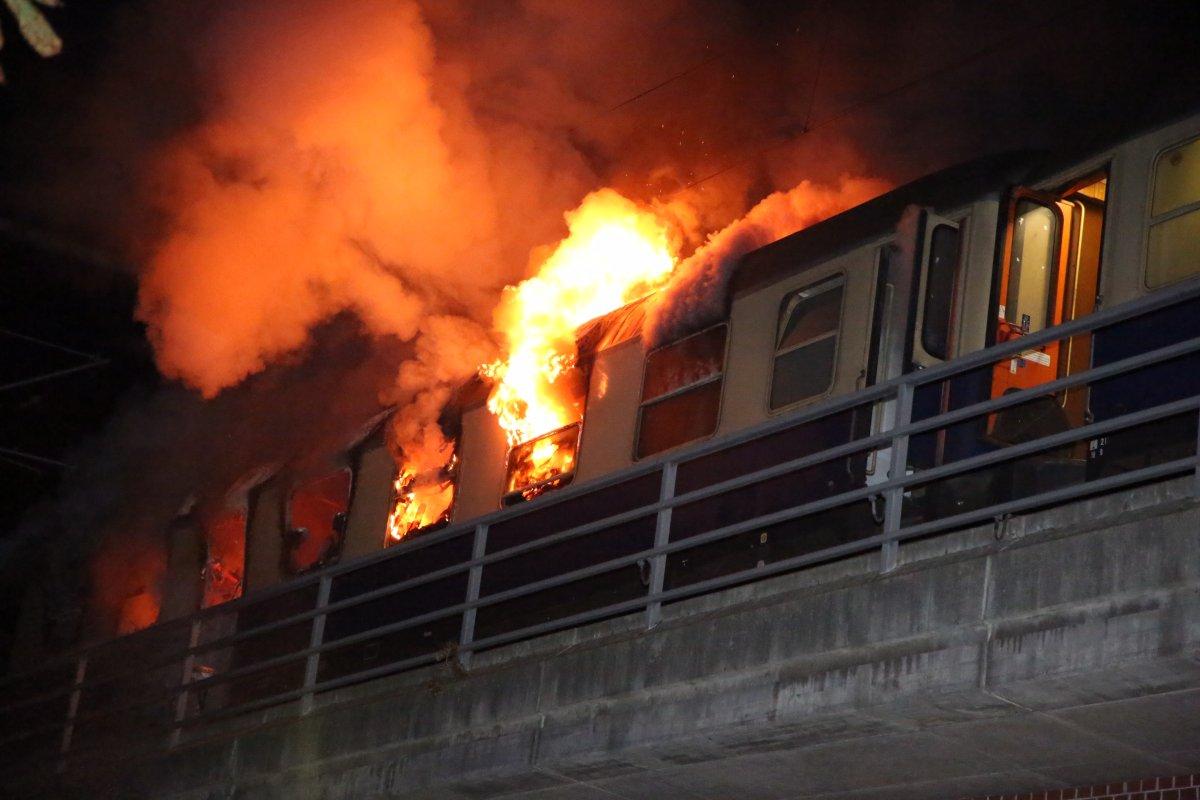 Sonderzug mit Fußballfans des SC Freiburg im Berliner Bahnhof Bellevue in Brand - Mehrere Verletzte