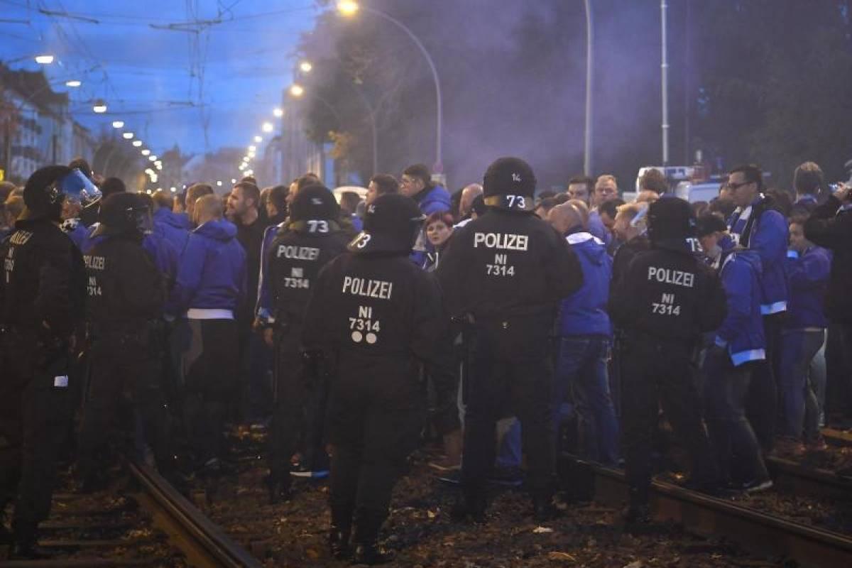Fans Feiern Berlin Derby Strikte Trennung Beim Anmarsch