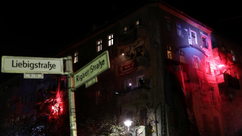 Friedrichshain: Linksextreme greifen Polizisten an und beschädigen Autos