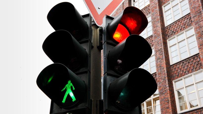 Verkehr in Berlin: Sieben Ampeln im Test - schafft man es bei Grün die Straße zu überqueren?