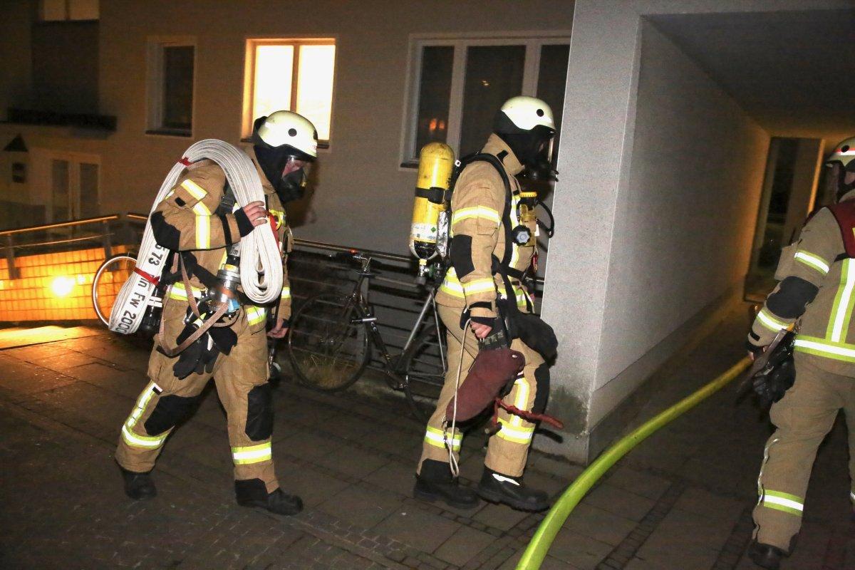 Polizeibericht Berlin: Brennender Adventskranz setzt Wohnung in Flammen - ein Schwerverletzter