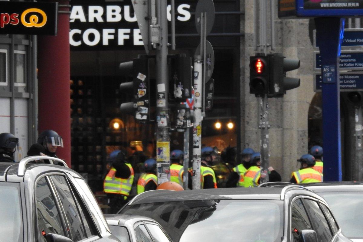 Starbucks am Checkpoint Charlie - Großeinsatz der Polizei nach Raubüberfall