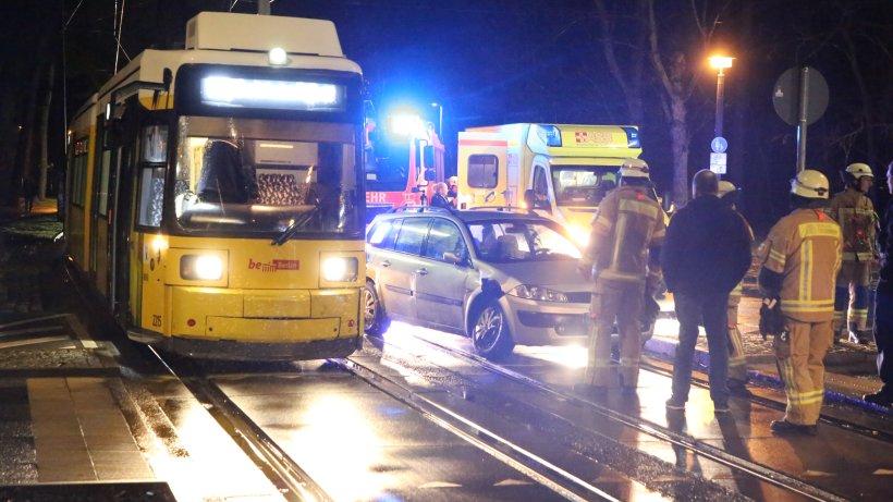 Blaulicht-Blog: Tram und Auto kollidieren in Köpenick