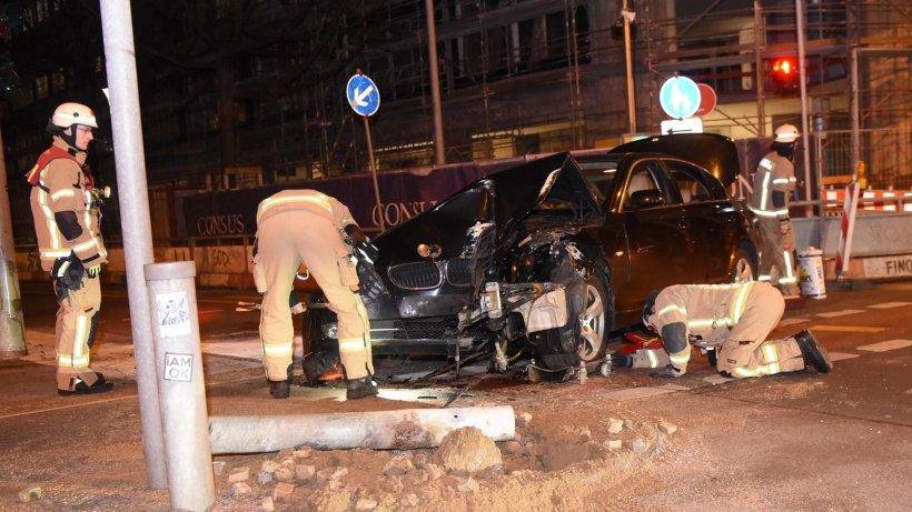 Blaulicht-Blog: BMW-Fahrer schrottet sein Auto an Ampel