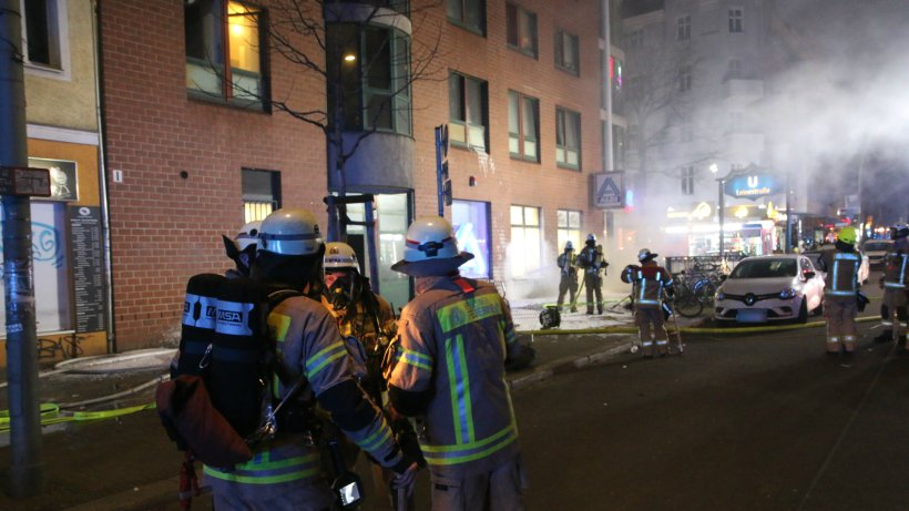 Berlin-Neukölln: Großbrand an Hermannstraße - Rauchgasabzug gewaltsam entfernt