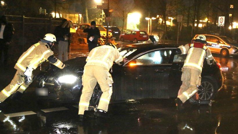 Blaulicht-Blog: BMW-Fahrerin schrottet ihr Auto an Poller