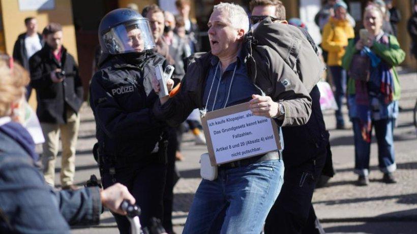 Polizei löst nicht genehmigte Demo in Berlin-Mitte auf