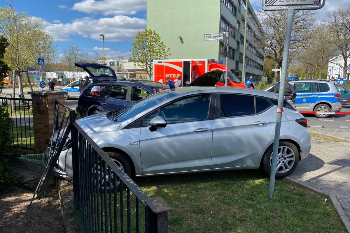 Polizeibericht Berlin Polizeiauto Rammt Bei Verfolgung Zaun Berliner Morgenpost