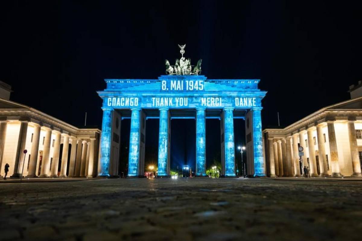 Danke Brandenburger Tor Zum Tag Des Befreiung Angestrahlt Berliner Morgenpost