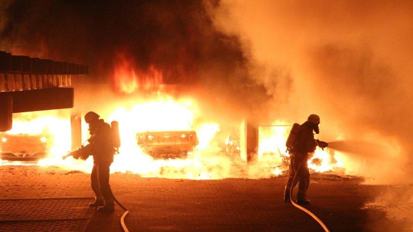 Berlin Neukölln Feuerwehr: Sieben Autos brennen - Brandstiftung