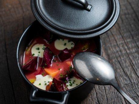 Borschtsch, rote Bete und geschmorter Kohl von Alexander Brosin aus dem Data Kitchen