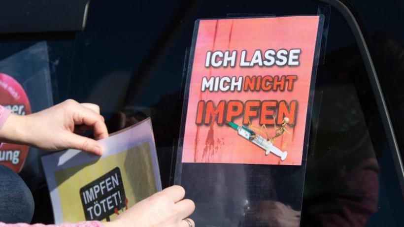 """Demonstranten bremsen """"Querdenker""""-Autokorsos aus"""