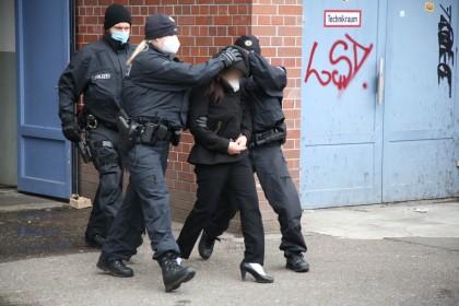 Schlag gegen den organisierten Menschenhandel: Die Polizei ist mit einer Großrazzia in Lichtenberg und Mitte im Einsatz.