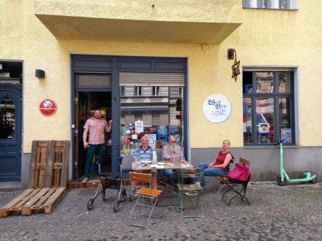 Ladenchef Boris Priebe (l.) und einige Stammkunden vor seinem Geschäft an der Knobelsdorffstraße.