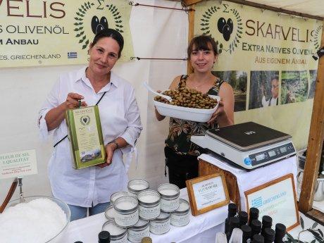 Carmen Skarvelis (l.) verkauft Olivenöl, das von ihrer eigenen Plantage stammt.