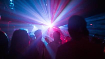 Menschen tanzen in einem Club.