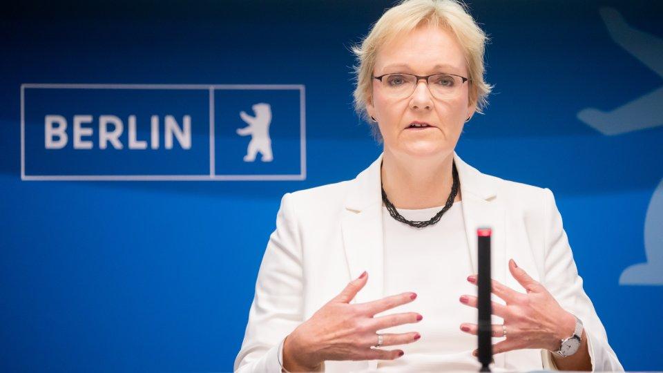 Petra Michaelis, Berliner Landeswahlleiterin, spricht bei einer Pressekonferenz anlässlich der Wahl zum Berliner Abgeordnetenhaus am Vortag.