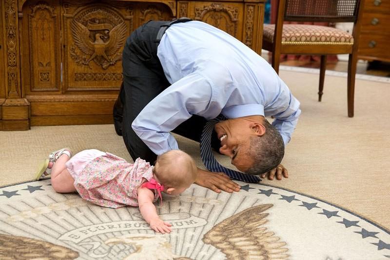 Barack Obama mit einem Baby im Oval Office