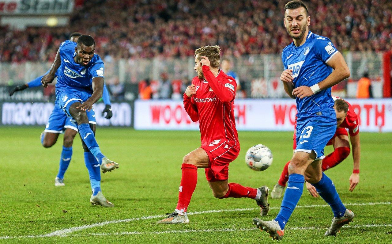 So ging es los: Ihlas Bebou (l.) von der TSG Hoffenheim trifft zum 1:0 vorbei an Berlins Christopher Lenz (Mitte) und Hoffenheims Sargis Adamyan.