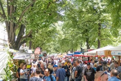 """Mit 2,2 km Länge war das Festival laut Guinness-Buch der Rekorde der """"längste Biergarten der Welt""""."""