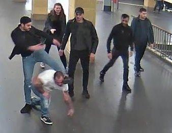 Mit diesen Bildern sucht die Berliner Polizei nach den Angreifern vom U-Bahnhof Hermannplatz.