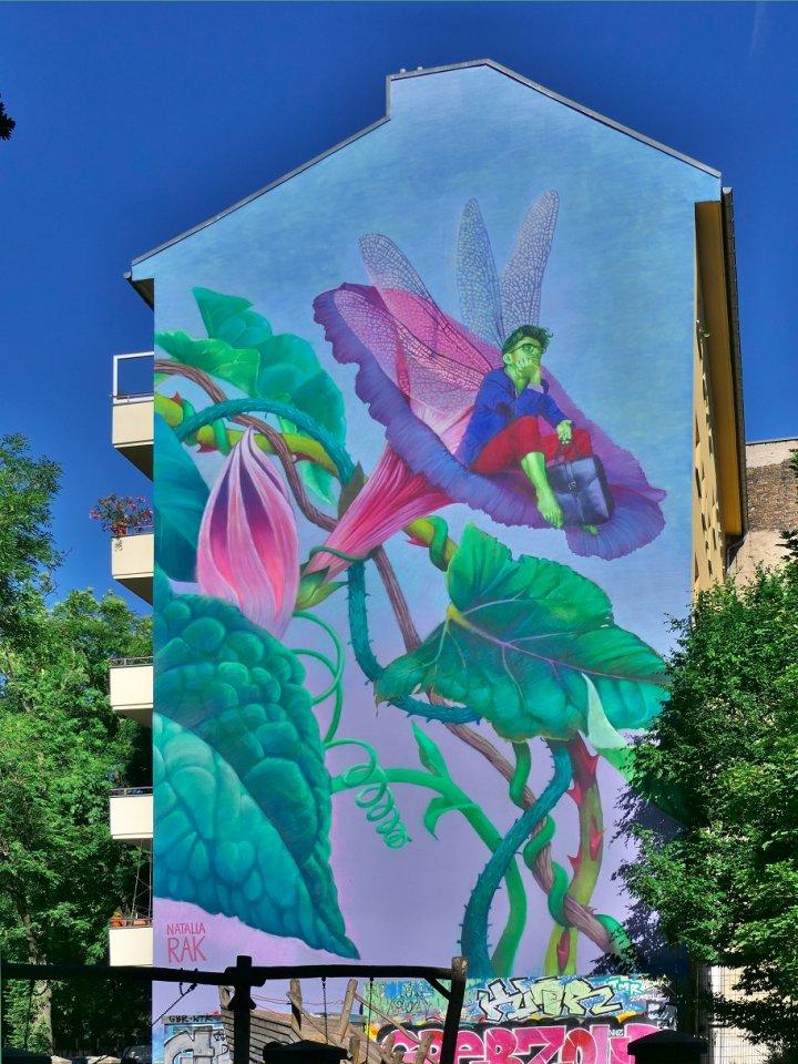 Den verträumten Mann in der Blüte schuf die polnische Künstlerin Natalie Rak für ein Haus an der Görlitzer Straße 49 in Kreuzberg.