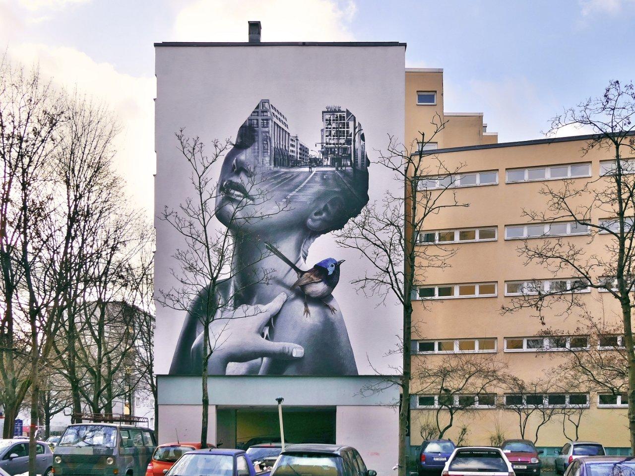 In Gedanken in den Straßen der ausgestorbenen Stadt: Das Kreuzberger Bild des Berliner Künstlers Tank gab Unternehmen Deutsche Wohnen für das Gebäude Manteuffelstraße 12 in Auftrag.