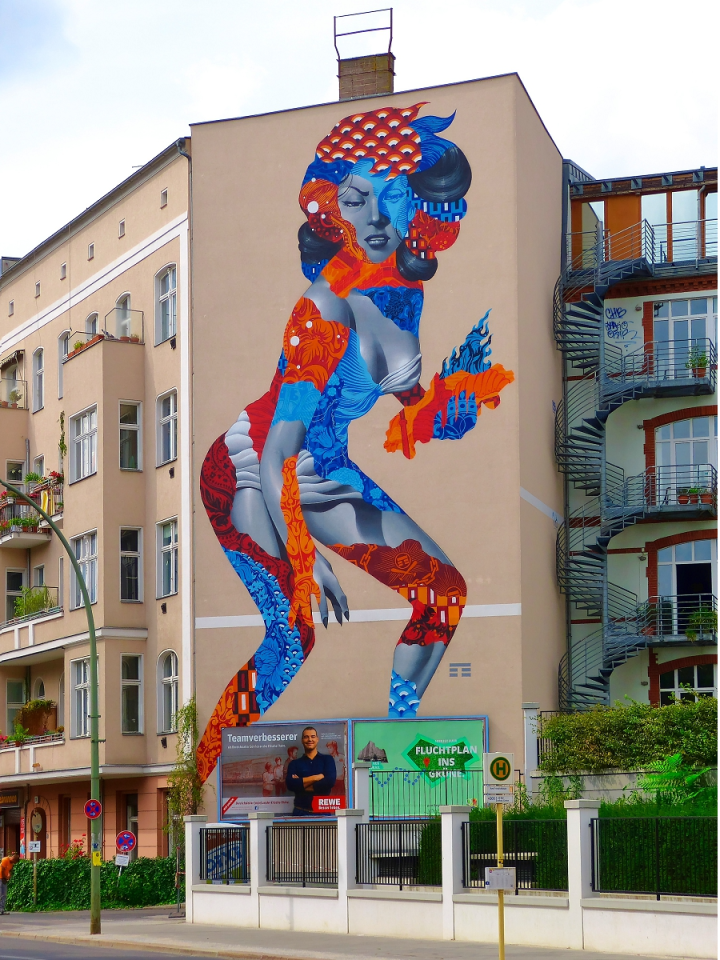 """Das Bild in der Straße Am Friedrichshain zitiert den 50-Jahre-Film """"Angriff der 20-Meter-Frau""""."""