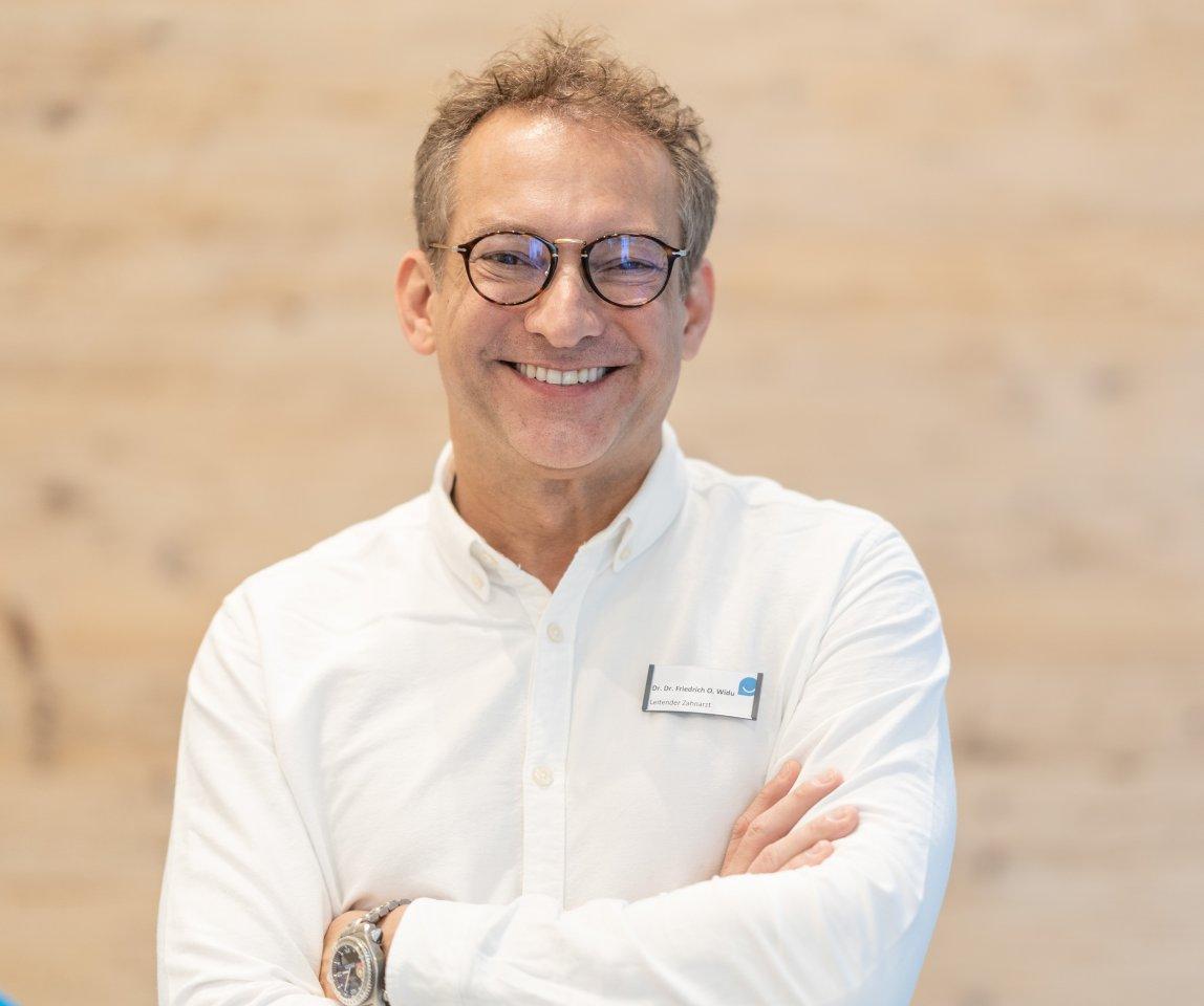 Dr. Dr. Widu fing als einer der ersten Kieferorthopäden in Deutschland mit der Invisalign-Therapie an.