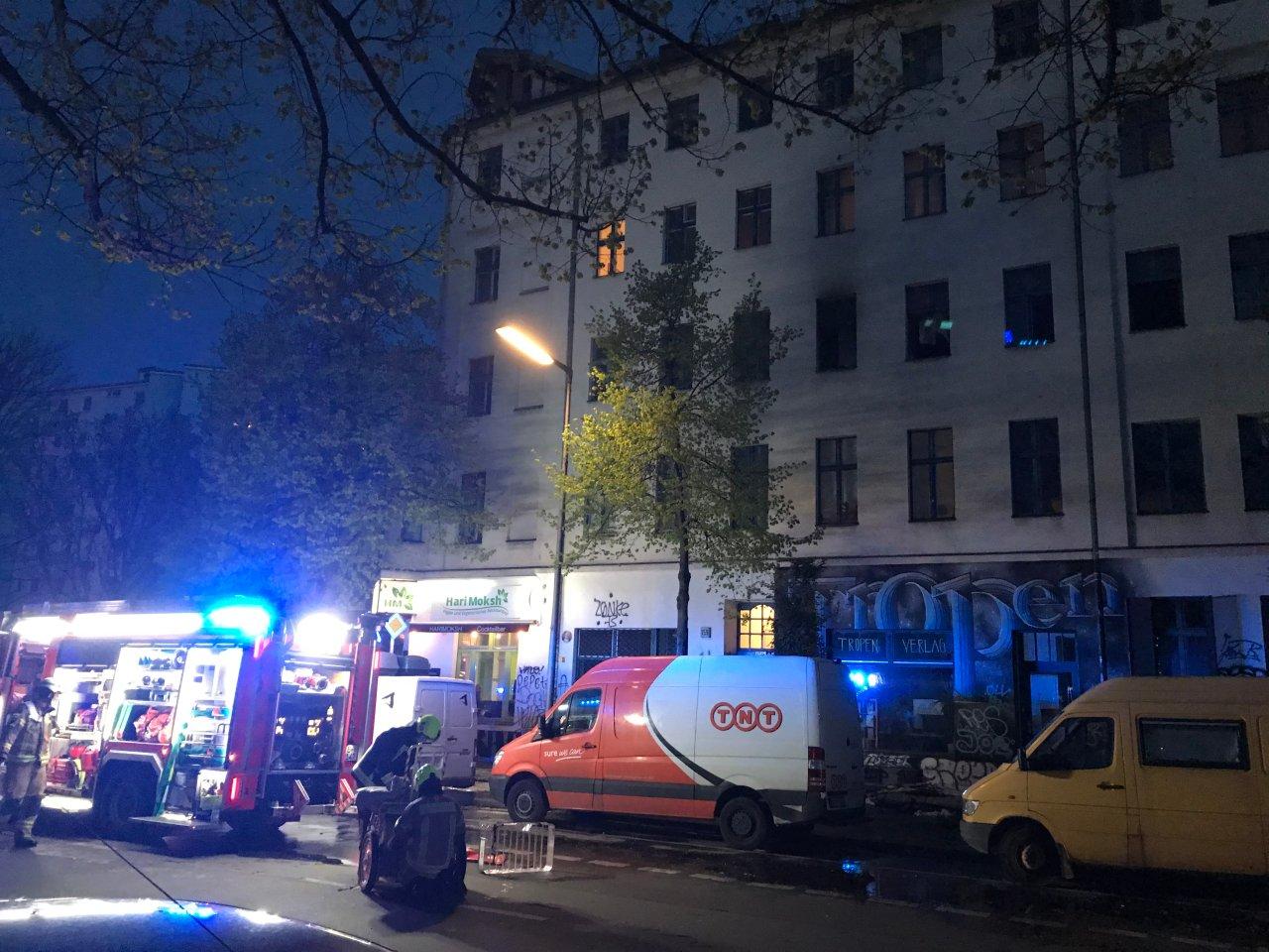 Zwei Menschen wurden bei einem Wohnungsbrand verletzt.