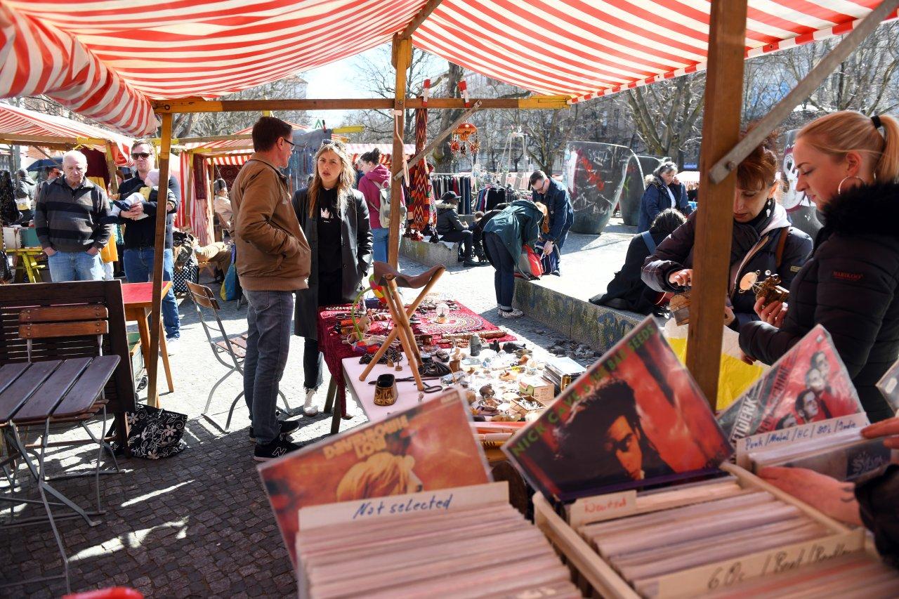 Beliebter Treffpunkt: der Flohmarkt am Marheinekeplatz.