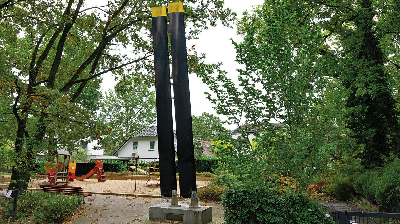 Die alte West-Berliner Exklave Steinstücken ist fast vollständig von Potsdam umschlossen. Ein Denkmal aus Rotorenblättern erinnert an die Zeit der Isolation in den 1960ern, als Steinstücken nur per Helikopter angeflogen werden konnte.