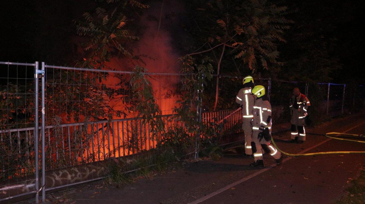 Die Feuerwehr löscht einen Böschungsbrand an der Revaler Straße.