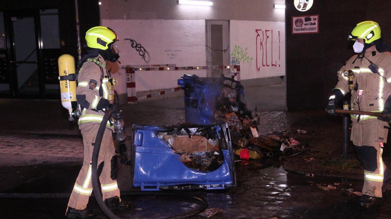 An der Rigaer Straße haben Müllcontainer gebrannt. Die Feuerwehr löscht.