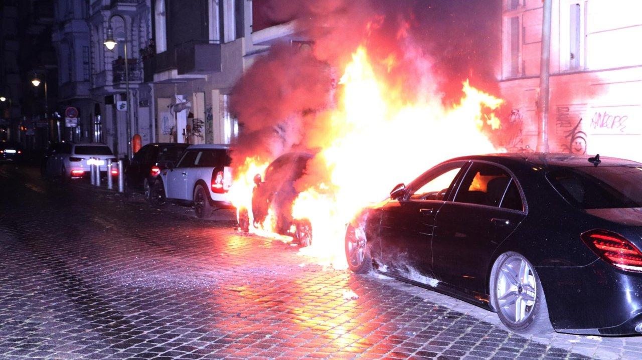 Die Polizei geht bei dem Autobrand von Brandstiftung aus.