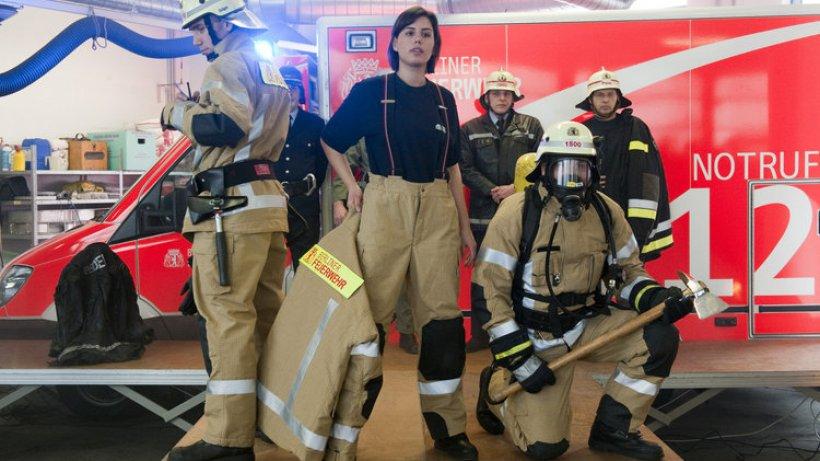 Rettungssanitäter kleidung  Berlins Feuerwehr mietet neue Schutzanzüge - Berlin - Aktuelle ...