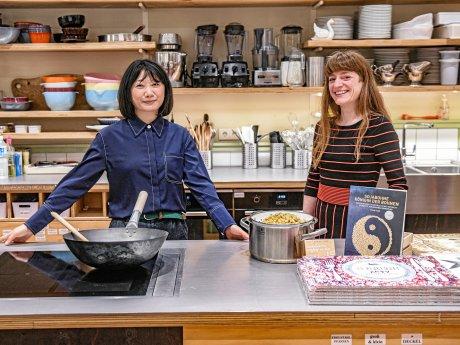 """Kochlehrein Yaxin Yang (l.) und Maria Victoria Wais, Leiterin Kochschule und Events, bei """"Goldhahn und Sampson"""" an der Wilmersdorfer Straße."""