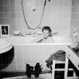 Das Foto machte sie berühmt: Lee Miller im April 1945 in Hitlers Badewanne . Kollege David E. Sherman fotografierte sie in der Wohnung in München. Die beiden waren als Kriegsreporter in Deutschland unterwegs