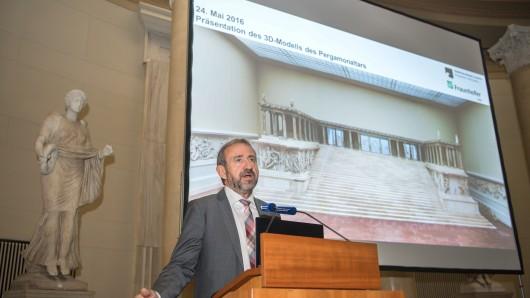 Hermann Parzinger, Präsident der Stiftung Preußischer Kulturbesitz, stellt ein digitales 3D-Modell des Pergamonaltars vor