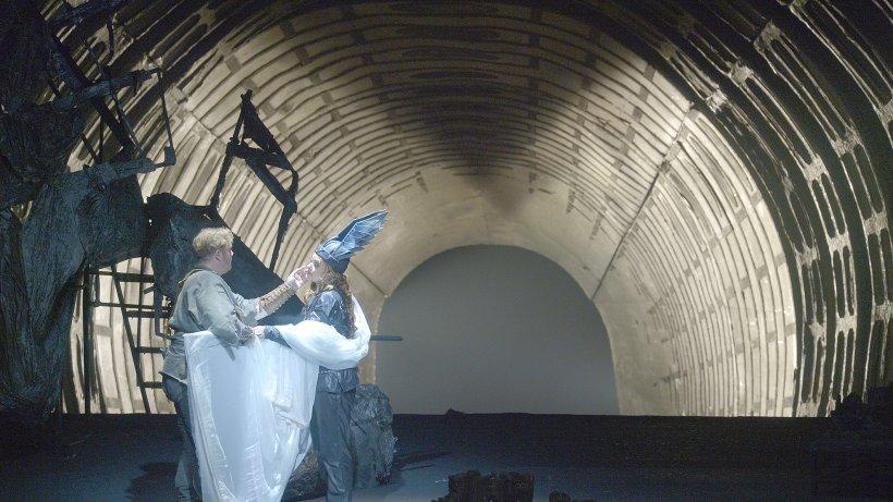 """Wie es nach einem Atomschlag weitergeht: Szene aus Richard Wagners """"Walküre"""" mit Siegmund (Stuart Skelton) und Brünnhilde (Evelyn Herlitzius)"""