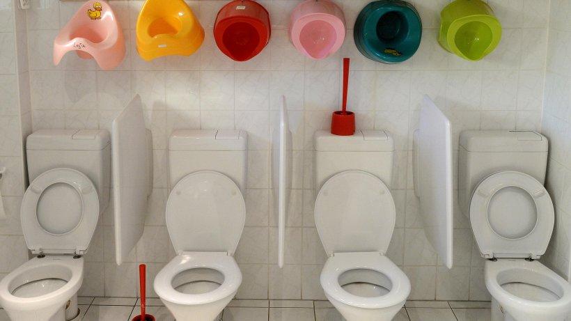 wenn berliner es sich auf der toilette gem tlich machen. Black Bedroom Furniture Sets. Home Design Ideas
