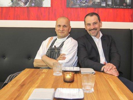 """Sauli Kemppainen (l.) und Vedad Hadziabdic im Restaurant """"Savu"""""""