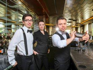 Morgenpost-Tasting in der Lang Bar im Waldorf Astoria. Azubi Elias Bach, Hanna Richter (Supervisor), Willi Bittorf (Head Bartender) (von links). Im Juli steht der Wodka im Mittelpunkt